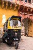 Tuk-tuks или pasangers в Джодхпуре, Индия rikshaw мотора ждать Стоковая Фотография