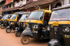 Tuk-tuks или pasangers rikshaw мотора ждать в Gokarna, Индии Стоковые Фото