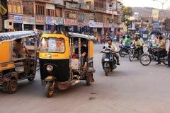 Tuk-tuks и motobikes людей ехать на рынке Sadar, Джодхпуре, I Стоковые Фотографии RF