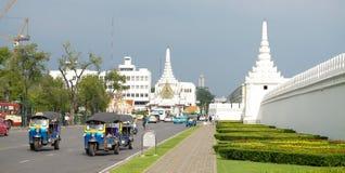 Tuk-tuks проходя королевский дворец в Бангкоке Стоковое Фото