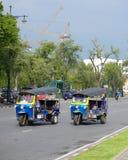 Tuk-tuks проходя королевский дворец в Бангкоке Стоковая Фотография RF