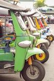Tuk Tuks estacionado em seguido, Banguecoque Fotografia de Stock