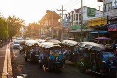 Tuk-Tuks i trafik, Chiang Mai Arkivbild