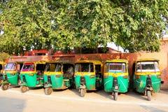 Tuk-tuks parkował w Taj Ganj sąsiedztwie Agra, Uttar Pradesh, Zdjęcia Stock