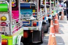 Tuk-tuks Taxi ausgerichtet in Bangkok Stockbilder