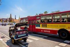 Tuk Tuk Zadziwia Tajlandia i autobus fotografia royalty free