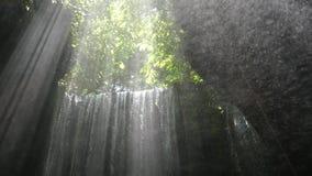 Tukad Cepung vattenfall, Bali, Indonesien arkivfilmer