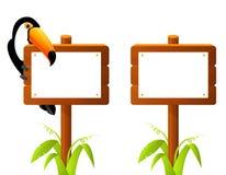 Tukanvogel, der auf einem leeren Holzschildbrett sitzt Stockfotos