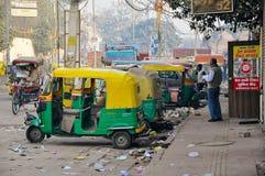 Tuks Tuk выравнивают улицы Дели, Индии Стоковые Фото