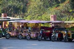 TukTuk-Fahrzeuge, die an einem touristischen Bestimmungsort stehen lizenzfreies stockbild