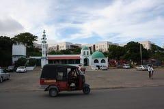 Tuktuk, moskee, de aandrijving van Mammangina mombasa Stock Foto's