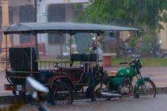 Tuktuk motocycle在雨季风期间在Kampot 库存图片