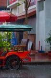 Tuktuk motocycle在雨季风期间在Kampot 免版税库存照片