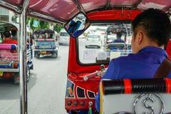 Tuktuk que move-se ao longo de uma rua em Banguecoque, Tailândia Táxi tailandês do tuk do tuk na estrada Fotografia de Stock