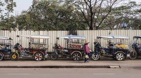 Tuktuks ha allineato in una fila immagine stock