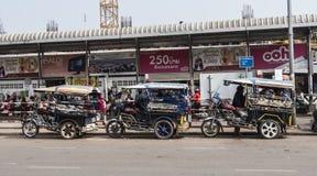 Tuktuks se alineó en fila fotos de archivo libres de regalías