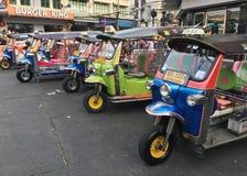 Tuku tuku pojazdy przy Khao San drogą w Bangkok fotografia royalty free
