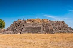 Tula de Allende, México - 12 de novembro de 2010 Pirâmides com as estátuas prehispanic dos gigantes fotografia de stock