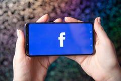 Tula, Rusia - 28 de noviembre de 2018: Logotipo social del app de los medios de Facebook en la clave, página del registro de la m fotos de archivo