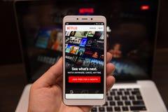Tula, Rusia - 31 de octubre de 2018:- uso de Netflix que corre en el androide Netflix es uno del global más popular imagen de archivo