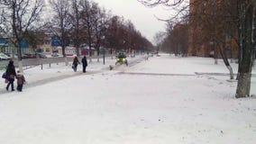 Tula, Rusland, December 2017 Weinig machine om stoepen en stadsstraten van sneeuw en vuil schoon te maken stock footage