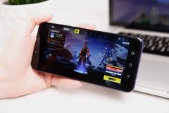 Tula, Russia - 18 febbraio 2019: Schermo del video gioco di Fortnite con il regolatore di console e del carattere Battaglia di qu fotografie stock libere da diritti