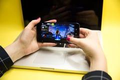 Tula, Russia - 27 GENNAIO 2019 - schermo del video gioco di Fortnite con il regolatore di console e del carattere Battaglia di qu immagini stock libere da diritti