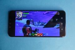 Tula, Russia - 27 GENNAIO 2019 - schermo del video gioco di Fortnite con il regolatore di console e del carattere Battaglia di qu fotografia stock libera da diritti