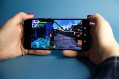 Tula, Russia - 27 GENNAIO 2019 - schermo del video gioco di Fortnite con il regolatore di console e del carattere Battaglia di qu immagine stock