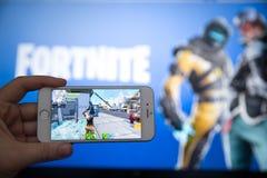 Tula, Russia - 27 GENNAIO 2019 - schermo del video gioco di Fortnite con il regolatore di console e del carattere Battaglia di qu immagini stock