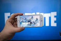 Tula, Russia - 27 GENNAIO 2019 - schermo del video gioco di Fortnite con il regolatore di console e del carattere Battaglia di qu immagine stock libera da diritti