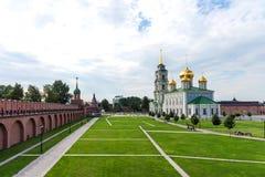 Tula Ryssland - Juli 28,2018: Antagandedomkyrka och klockatornet av Tula Kremlin royaltyfri fotografi