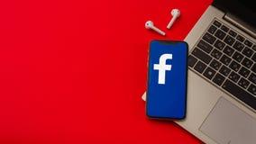 Tula Ryssland - Maj 24,2019: Apple iPhone X med den Facebook logoen p? sk?rmen arkivfoton