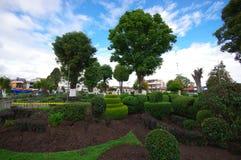 TULCAN,厄瓜多尔- 2016年7月3日:修剪的花园雕塑在其中一个城市的公园中 图库摄影