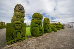TULCAN, ECUADOR - 3 DE JULIO DE 2016: algunas figuras del topiary situadas en el jardín del cementerio Imagenes de archivo