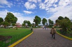 TULCAN, ECUADOR - 3 DE JULIO DE 2016: canal que camina del hombre no identificado el parque en el camino del adoquín Foto de archivo
