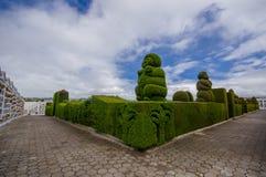 TULCAN ECUADOR - JULI 3, 2016: några skulpturer av topiaryen har mänskliga prehispanic former Arkivfoto