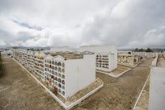 TULCAN, ECUADOR - JULI 3, 2016: overzicht van de stadsbegraafplaats met partij van verticale graven en wegen Royalty-vrije Stock Foto