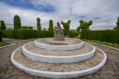 TULCAN, ECUADOR - 3. JULI 2015: Statue gelegen mitten in dem Garten eines Engels, der über einem Dämon steht Stockbilder