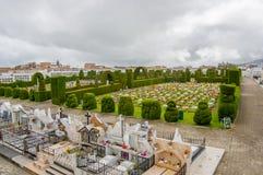 TULCAN, ECUADOR - 3. JULI 2016: Vogelperspektive des Kirchhofs, Anlagen gestaltet das Umgeben einiger Gräber Lizenzfreies Stockbild