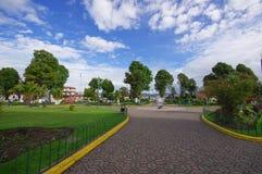 TULCAN, ECUADOR - 3 LUGLIO 2016: cobble la strada quella estremità in un monumento in mezzo ad un parco fotografia stock libera da diritti