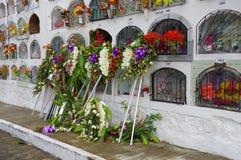 TULCAN, EQUADOR - 3 DE JULHO DE 2016: algumas decorações florais fora das sepulturas verticais Imagens de Stock Royalty Free