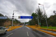 TULCAN, EQUATEUR - 3 JUILLET 2016 : route de pensionnaire entre la Colombie et l'Equateur, merci de visiter le signe de l'Equateu Images stock