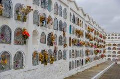 TULCAN, EQUATEUR - 3 JUILLET 2016 : tombes verticales avec une porte métallique et fleurs sur chaque tombe Photographie stock