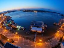 Tulcea-Hafen bei Donau an der blauen Stunde Der Hafen von Tulcea ist einer der größten rumänischen Flusshäfen Stockfotos