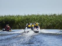 TULCEA RUMÄNIEN - AUGUSTI 13, 2017: Turist- grupp i Donaudeltan, Rumänien arkivfoton