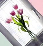 Tulipán del ramo en el florero de cristal Fotos de archivo