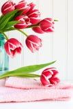 Tulip cor-de-rosa na toalha Imagem de Stock Royalty Free
