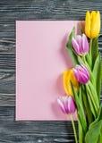 Tulip Flowers avec la feuille de papier Photographie stock