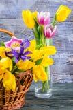 Tulip Flowers dans un vase en verre Images stock